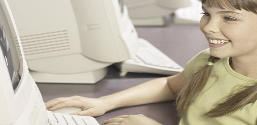 Guía de Lectura Fácil. Una niña leyendo algo en el ordenador