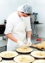 La Fundación ONCE y el empleo, un joven haciendo tartas de manzana en un CEE