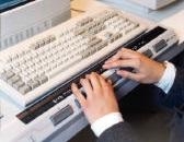 Un joven escribiendo en una línea braille