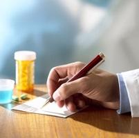 Médico recetando a un paciente con esquizofrenia