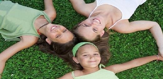 Necesidades especiales, niños en el suleo formando un triángulo