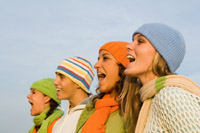 Cuatro jóvenes gritando al viento. Oficina de atención a la discapacidad