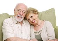 Pareja de personas mayores sentadas en una residencia