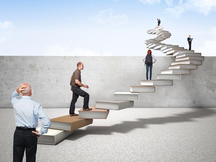 Diferentes personas con esquizofrenia subiendo por una escalera