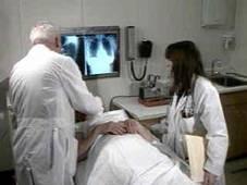 Un persona haciéndose una prueba diagnóstica