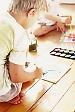 Imagen de un niño de espaldas dibujando con Síndrome de Asperger