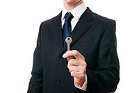 Joven con una llave en su mano izquierda como autónomo