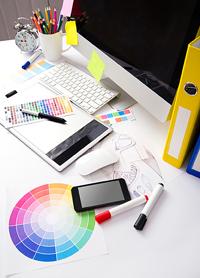 Trabajo autónomo, u ensilios de una oficina (archivo, teclado, bolígrafos, pinturas, etc.)