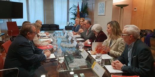 representantes de la plataforma del voluntariado y la ministra Carcedo