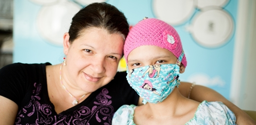 Madre con su hija con cáncer infantil - plataforma mipequetienecancer