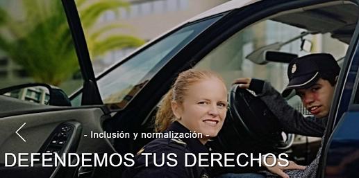 policía mujer enseñando su coche a un joven, defendemos tus derechos