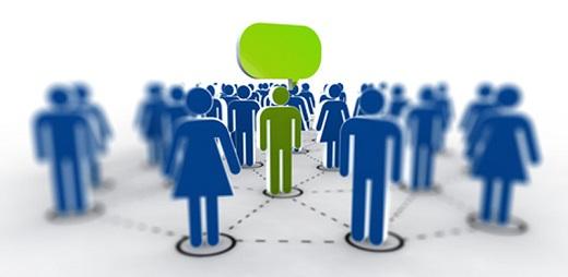 Siluetas de personas en azul y una en verde haciendo preguntas y respuestas