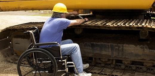 persona en silla de ruedas trabajando como mecánico de grúas, premio derechos humanos y discapacidad