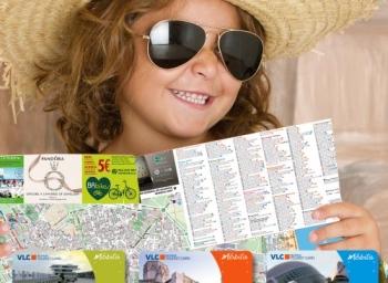niña con gafas de sol y sombrero y planos de Valencia de Visit Valencia