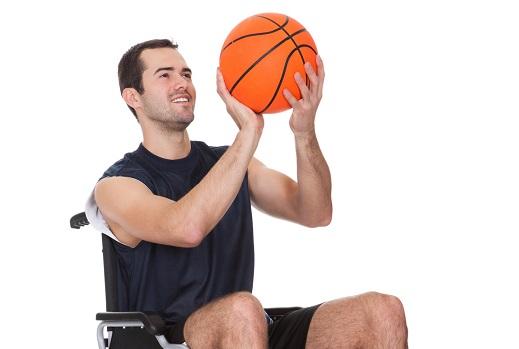 jugador basket en silla de ruedas con balón, promover el baloncesto adaptado