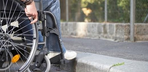 Persona en silla de ruedas con discapacidad. Protocolos clínicos covid-19