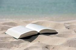 libro en la arena con recursos de salud
