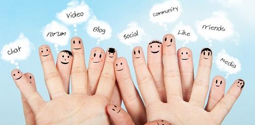 Dedos pintados con caras y palabras como chat, vídeo, social, blog, usadas en redes sociales