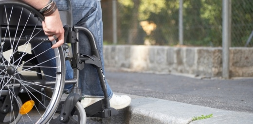 silla de ruedas y escalón, cuáles la regulación jurídica de la accesibilidad