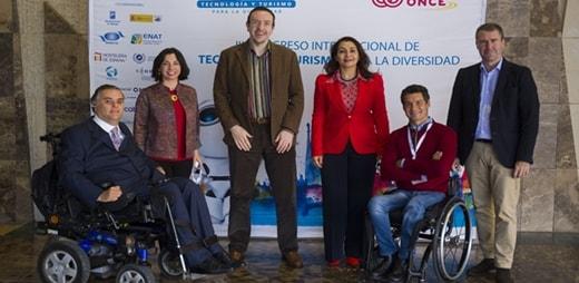 Foto de asistentes de Fundación ONCE a la ponencia de Ricardo Chavarriaga en el congreso de tecnología y turismo