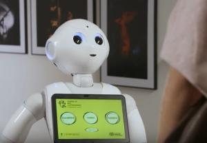 Paca, referente de robótica asistencia, interactuando en una muestra de arte