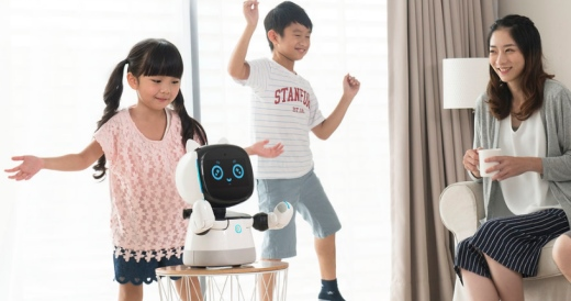 niños jugando con un robot y su madre mirando, los robots ya están aquí