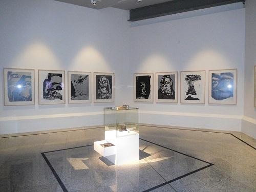 Vista de una de las salas con obras de Antonio Saura y obra de Martillo, yunco y estribo