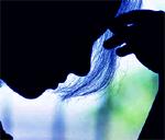Guía sobre salud mental, silueta de rostro de mujer mirando hacia abajo