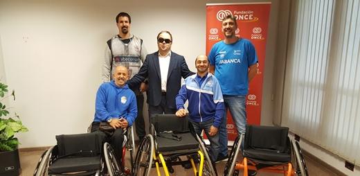 Posando las escuelas deportivas con las sillas de ruedas que ha donado Fundación ONCE