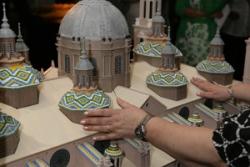 persona tocando una maqueta de un edificio ejemplo de tactile tour