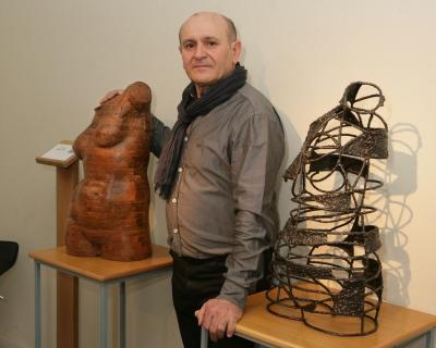 Tomás con dos de sus esculturas