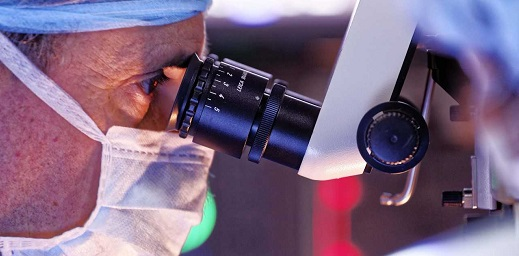 oftalmólogo con aparato de medición ocular en urgencias oftalmológicas