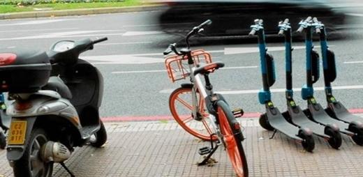 Vehículos de movilidad personal estacionados en las aceras