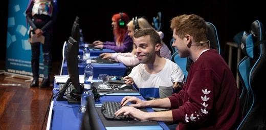 Jugadores con y sin discapacidad jugando a videojuegos inclusivos como el Fortnite