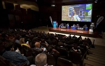 Exhibición de jugadores con y sin discapacidad jugando a videojuegos inclusivos como el Fortnite