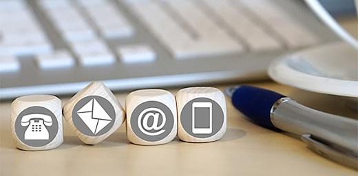 teclado de ordenador con dados de teléfono, correo, e-mail y móvil a la vuelta de vacaciones