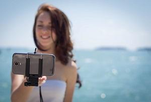 chica haciendo un selfie en la playa antes de la vuelta de vacaciones